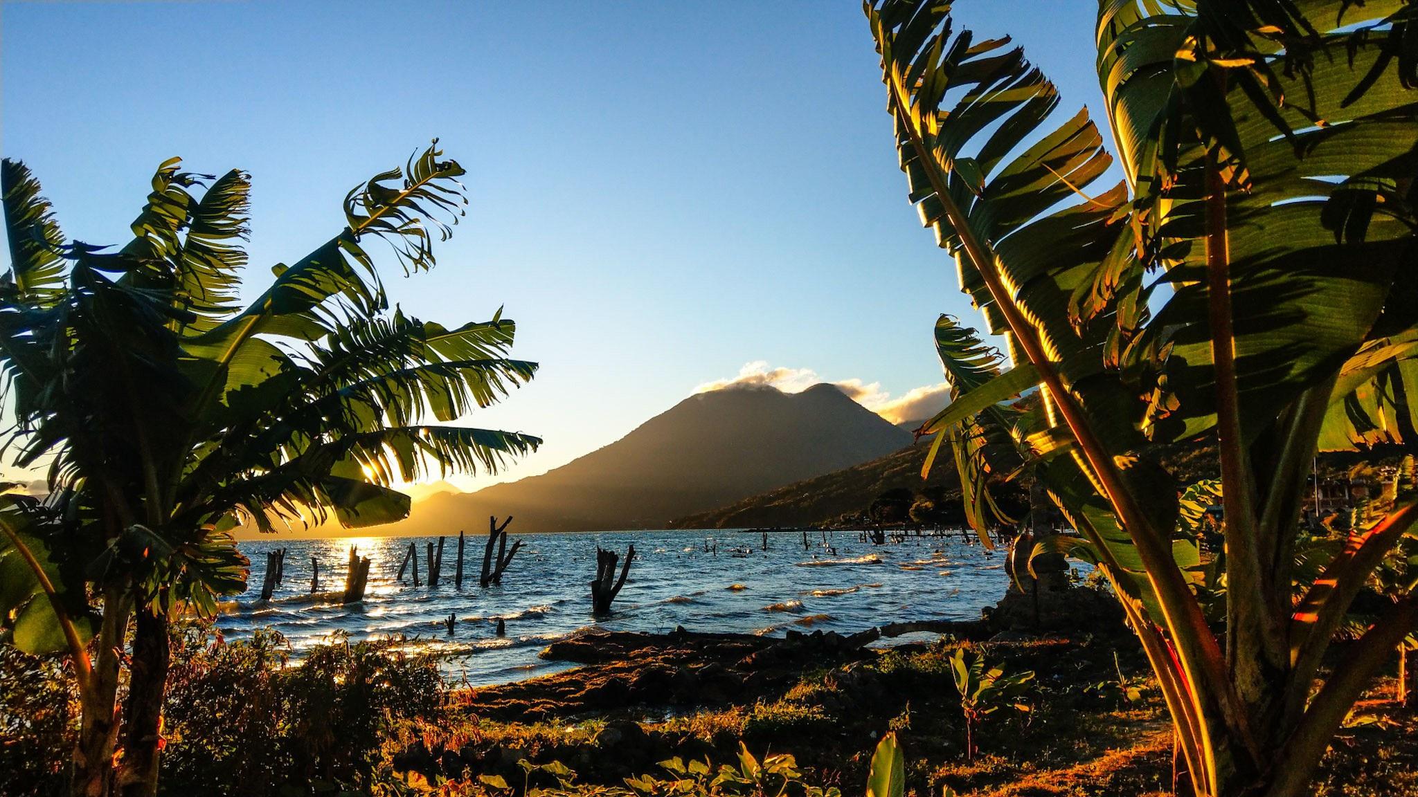 Reizen door Guatemala - sunrise bij Lake Atitlan vanuit San Pedro