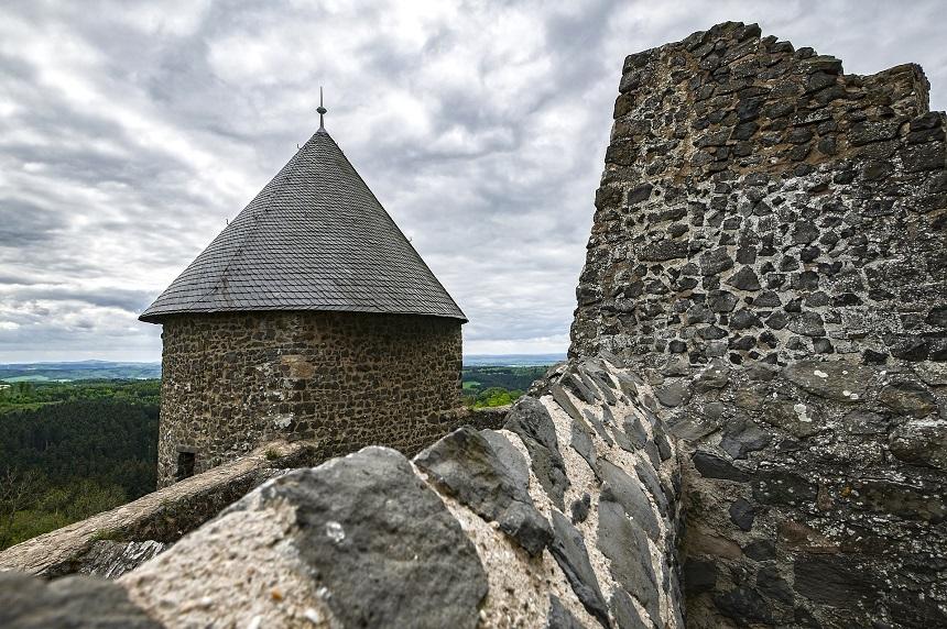 De kasteel ruïne heeft uitzicht op de Nürburgring