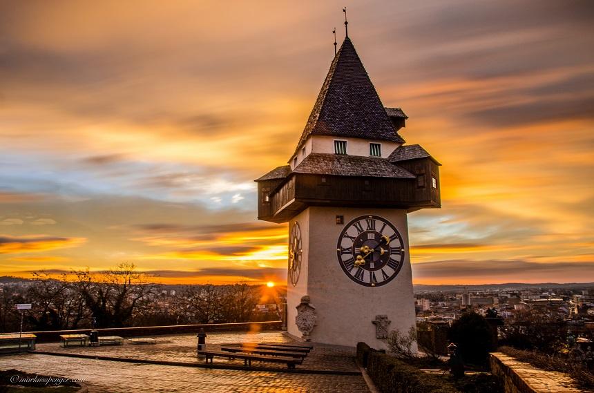 De imposante klokkentoren in Graz, de Uhrturm (c) Graz Tourismus - Markus Spenger