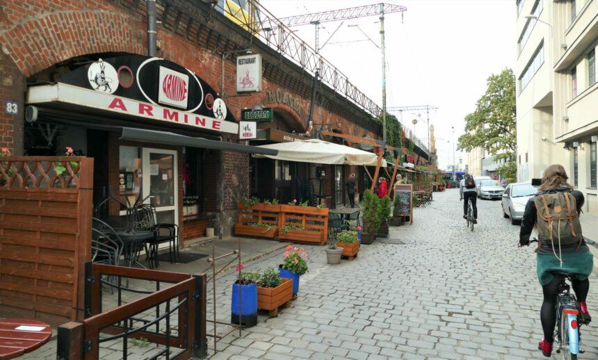 De Wojciecha Boguslawskiego, een straat langs het spoor, waar je velerlei restaurants, cafés en barretjes vindt die zich letterlijk in het spoorviaduct bevinden