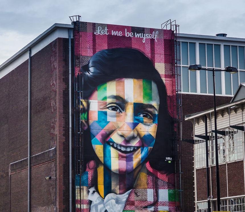 Anne Frank op de gevel van Straat Amsterdam