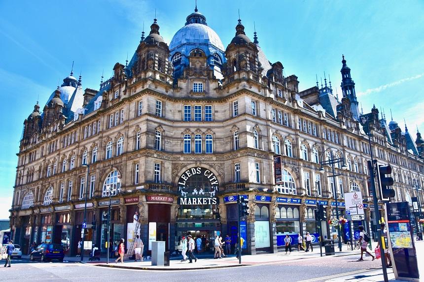 Leeds Kirkgate Market, de grootste en oudste overdekte markthal van Europa; een levendige bazaar met een verscheidenheid aan winkels
