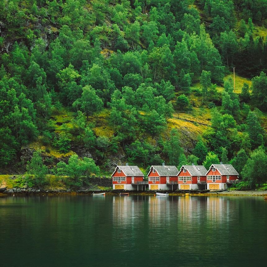 Rode houten huisjes nabij Flam