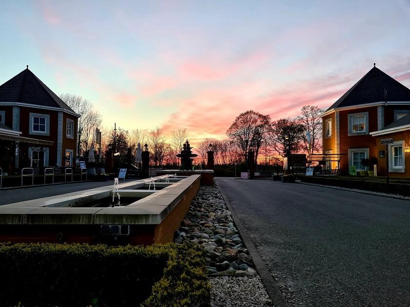 De mooie zonsondergang vanaf het vakantiepark in het zonnige Zuiden