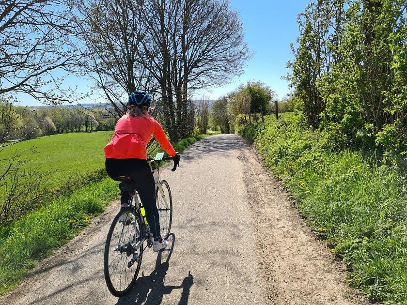 Het glooiende landschap en de vele vergezichten tijdens je fietsvakantie zorgen voor een chronisch vakantiegevoel