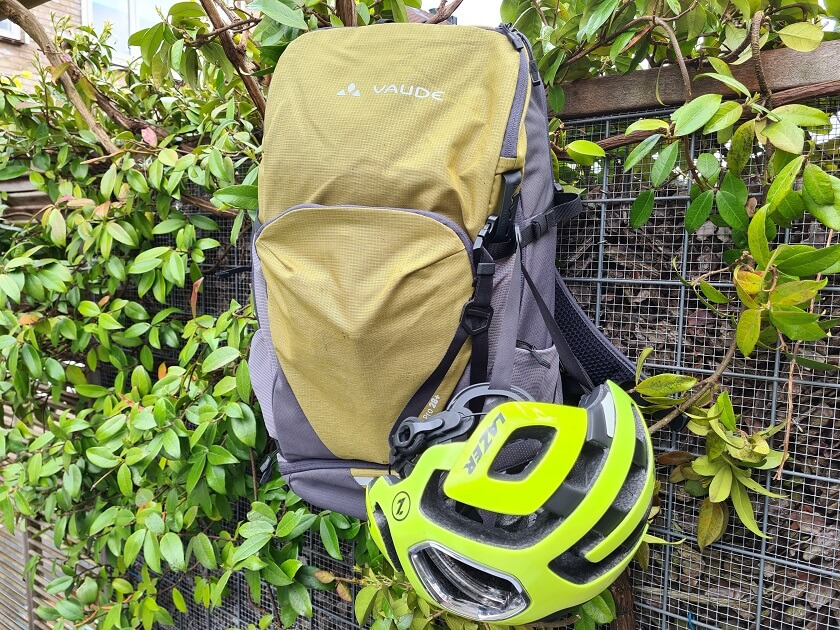 You can easily attach your helmet to the bag thanks to the integrated helmet holder