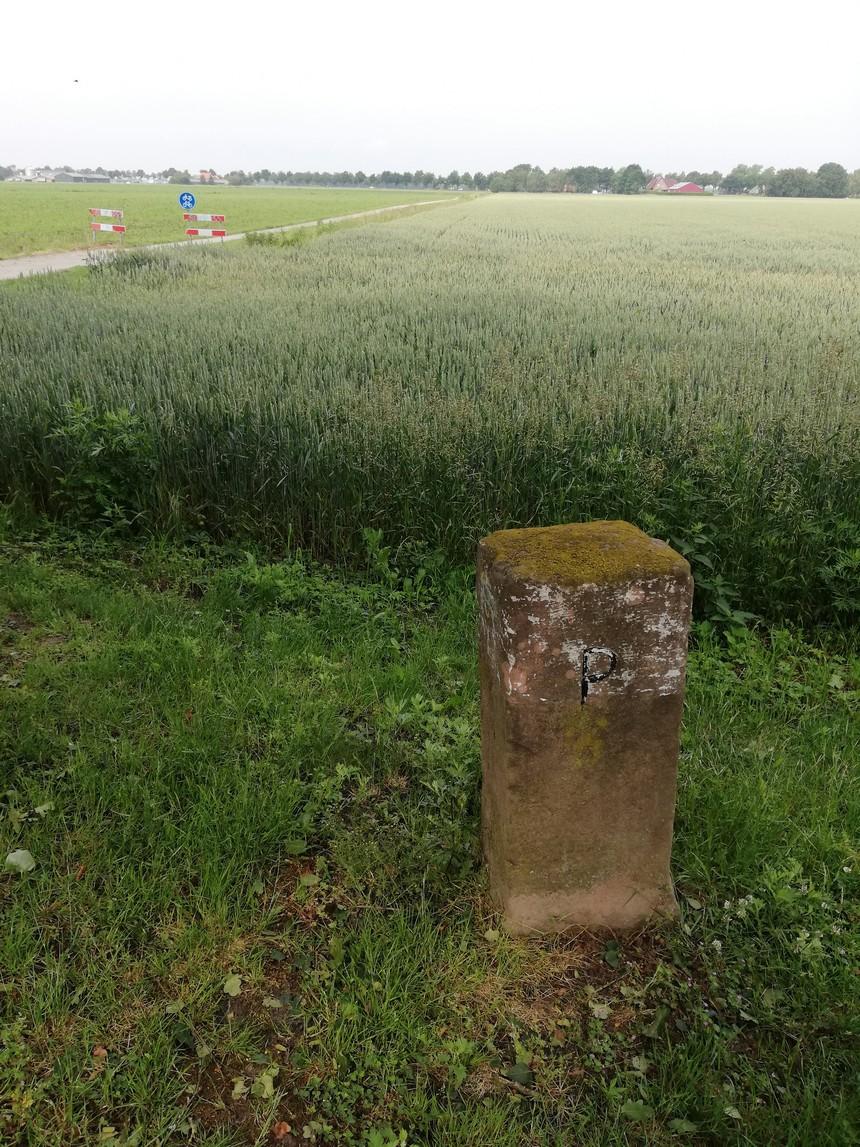 Een fietstocht langs de Nederlandse grens brengt je langs deze grenspaal bij de zuidpunt van Groningen