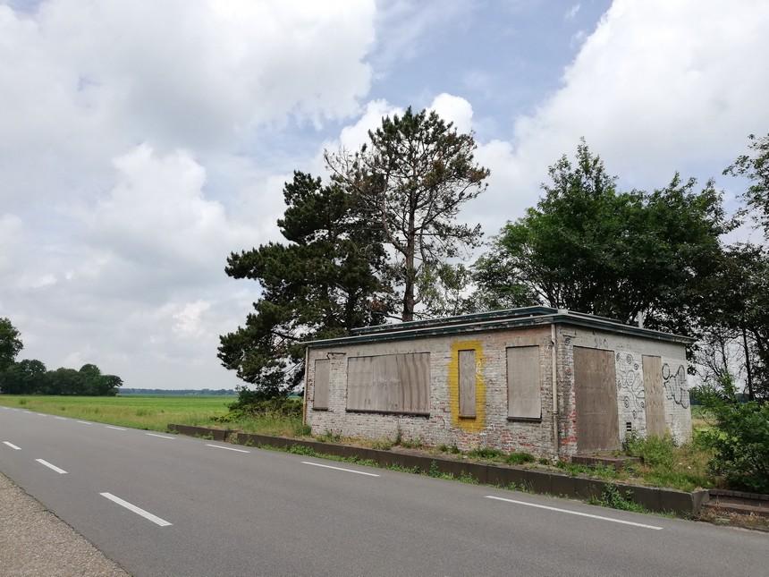 Het vervallen douanekantoor bij Rhederbrug in juni 2020 (nu verbouwd) - grensfietstocht Groningen