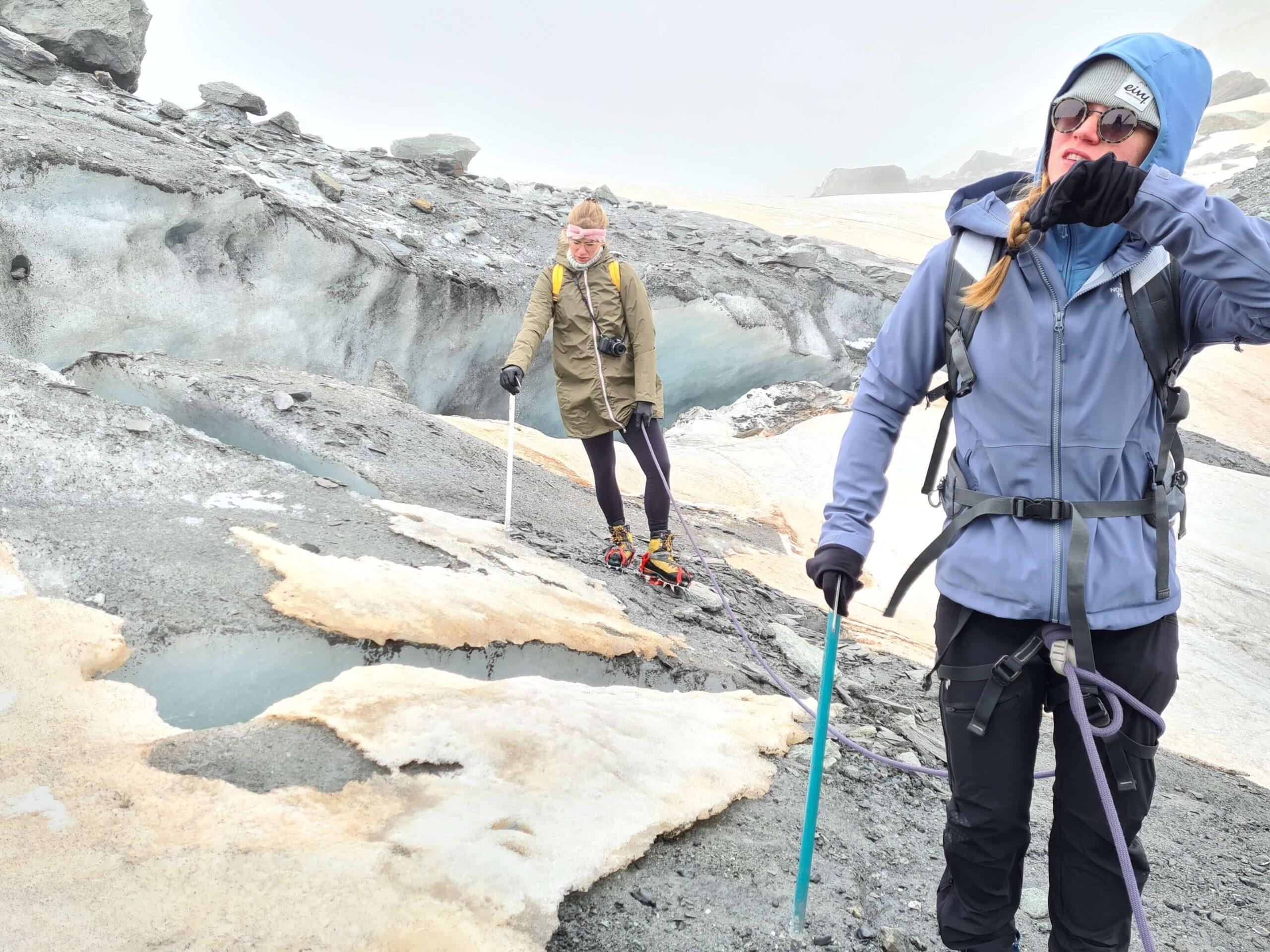 Met gebruik van de stijgijzers en de ijsbijl beklimmen we de gletsjer van Val Thorens