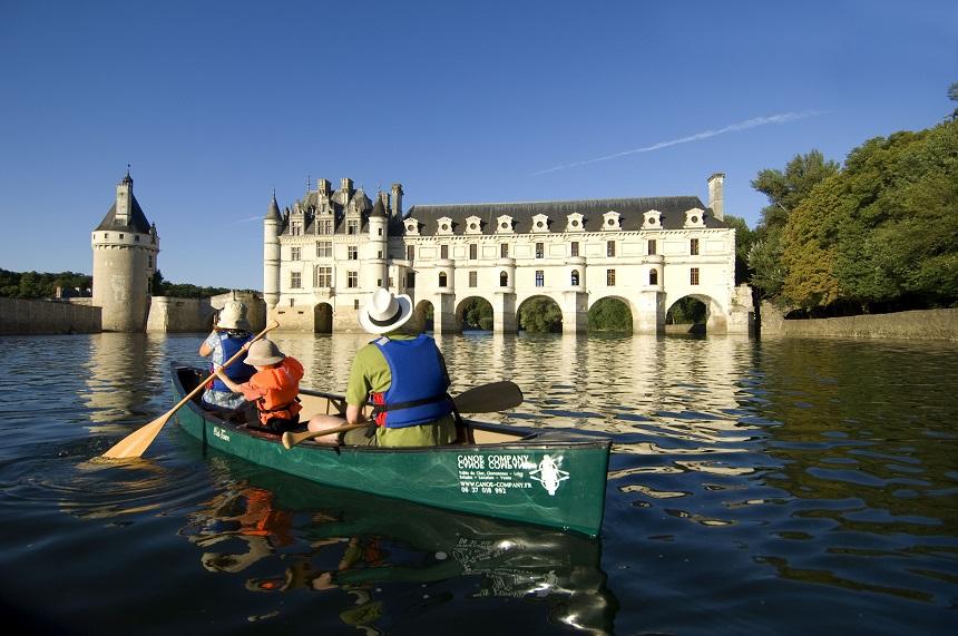 Famille en canoë sur le Cher, devant le château de Chenonceau - J.-F. Souchard - CRT Centre-Val de Loire