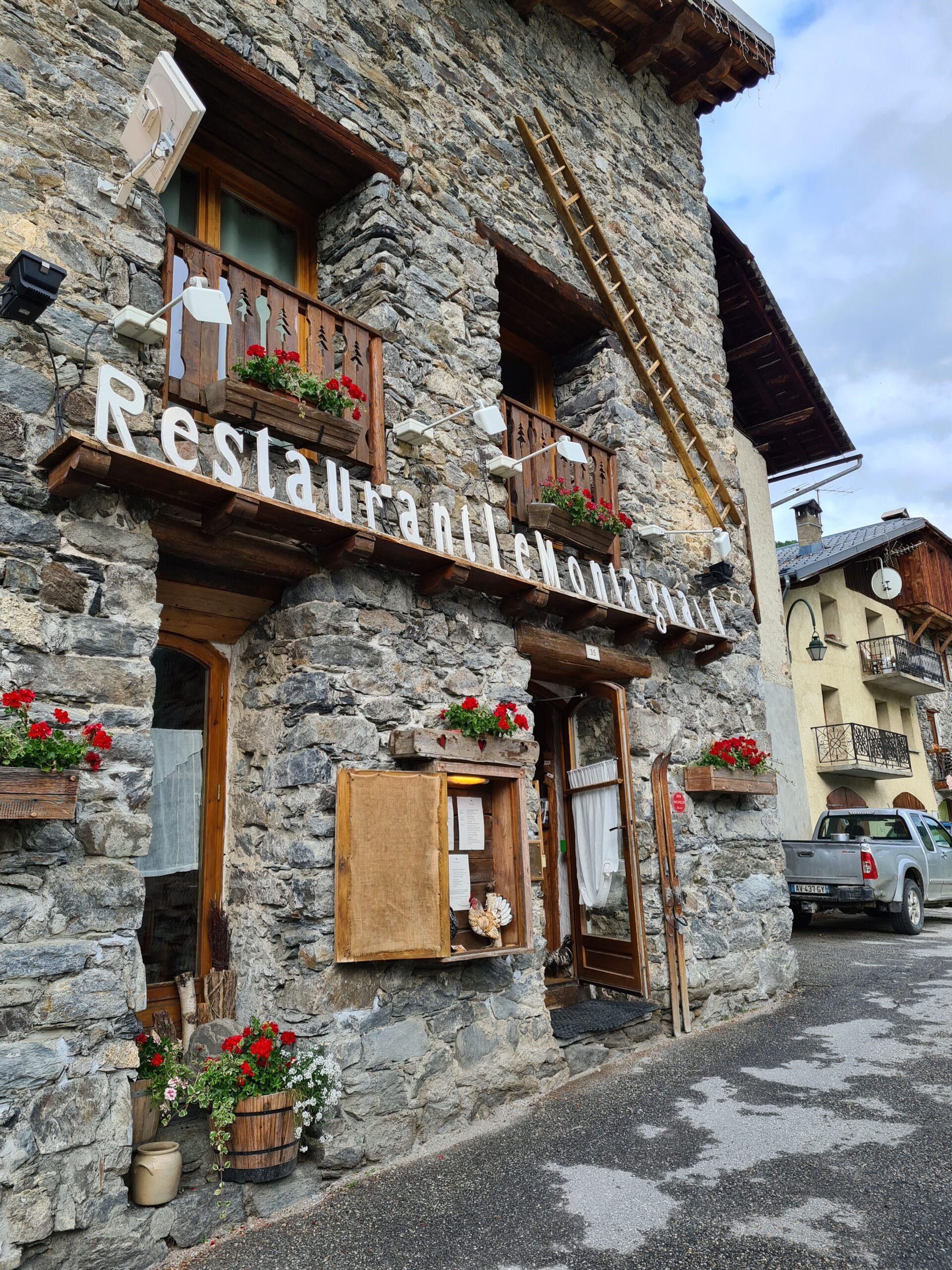 De traditionele boerderijen in Saint Martin de Belleville zijn omgebouwd tot gezellige chalets en veel stallen met houten balken zijn omgebouwd tot restaurants