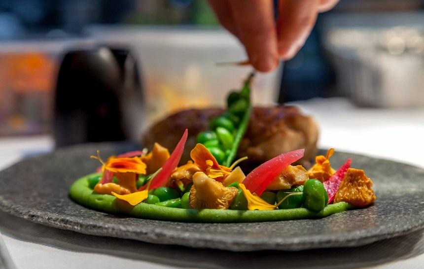 """Cuisinier préparant un plat, au restaurant """"La Maison d'à côté"""" - Julie Limont"""