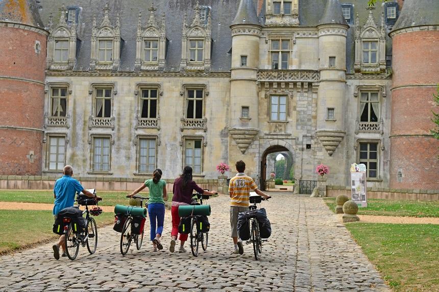 Devant le château de Maintenon - J. Damase - CRT Centre-Val de Loire
