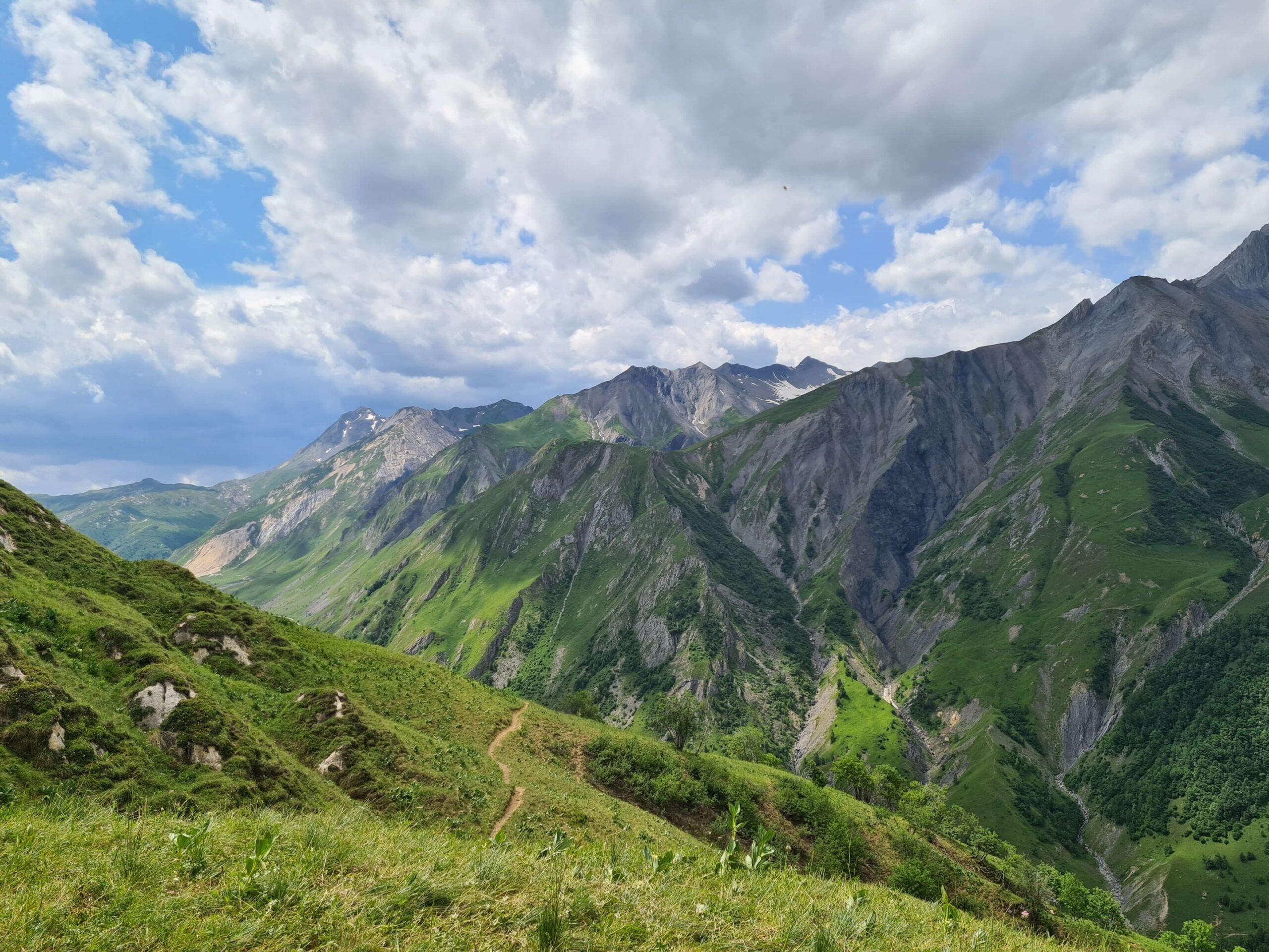 Op de top van de Col des Encombres op 2.325 metervind je werkelijk een indrukwekkend panoramisch uitzicht op het Écrins-massief en de hoge toppen van de Vanoise