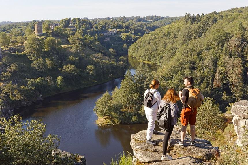 Randonnée au Rocher de la Fileuse, à Saint-Plantaire, vue sur la vallée de la Creuse et les ruines de la forteresse de Crozant.