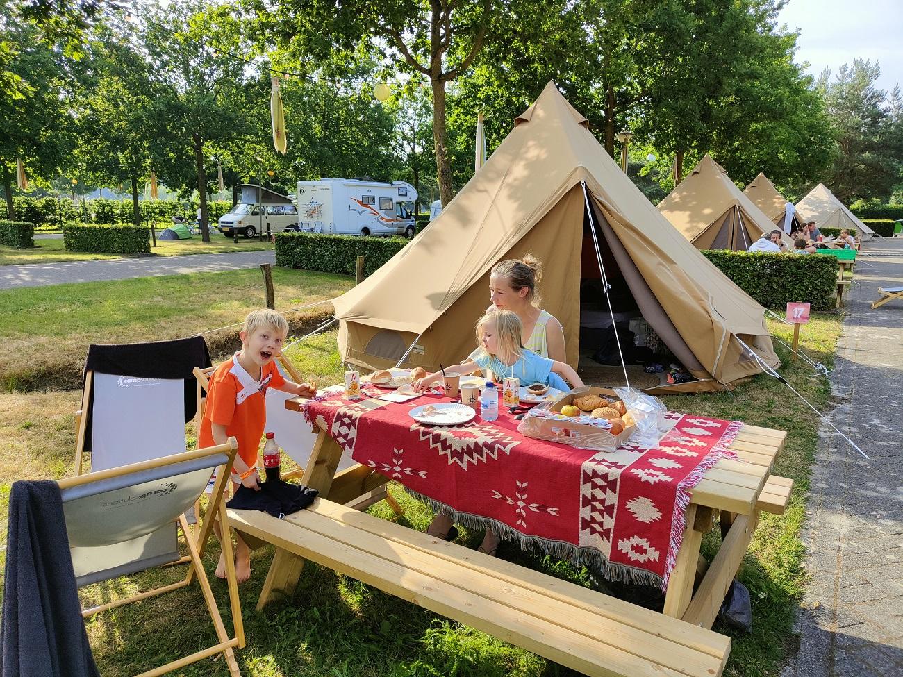 Picknicktafel voor de tent op de pop-up camping Toverland