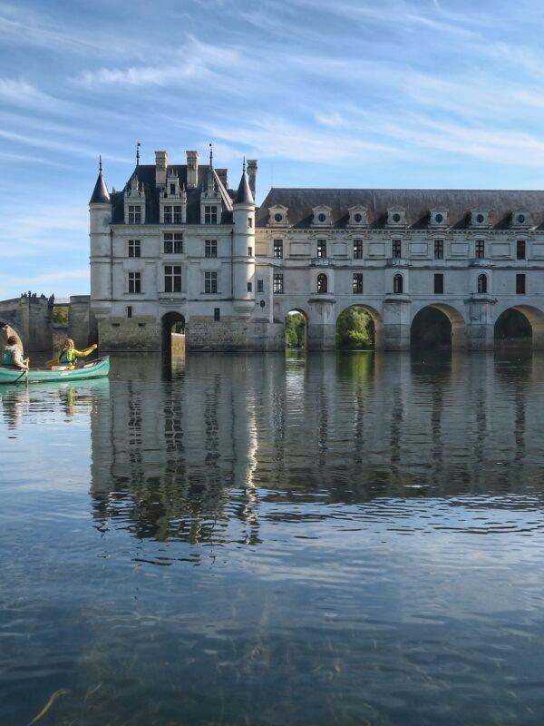 En canoë au pied du château de Chenonceau - A. Verger_CRT Centre-Val de Loire