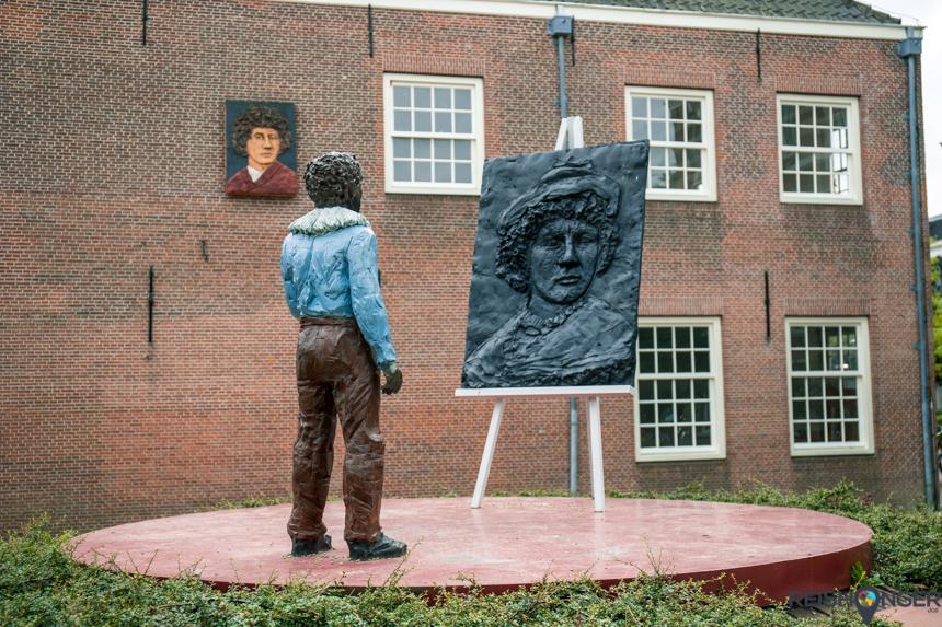 Een bronzen Rembrandt kijkt naar de schildersezel met daarop zijn zelfportret