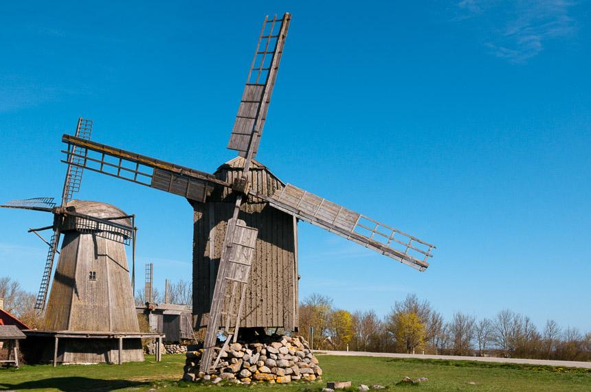 Windmolens bij Angla op Sareema, het grootste eiland in de Baltische staten